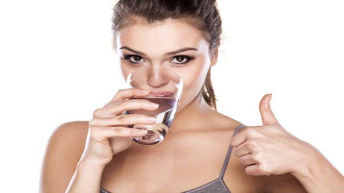 wanita minum air putih 2 20160531 232718